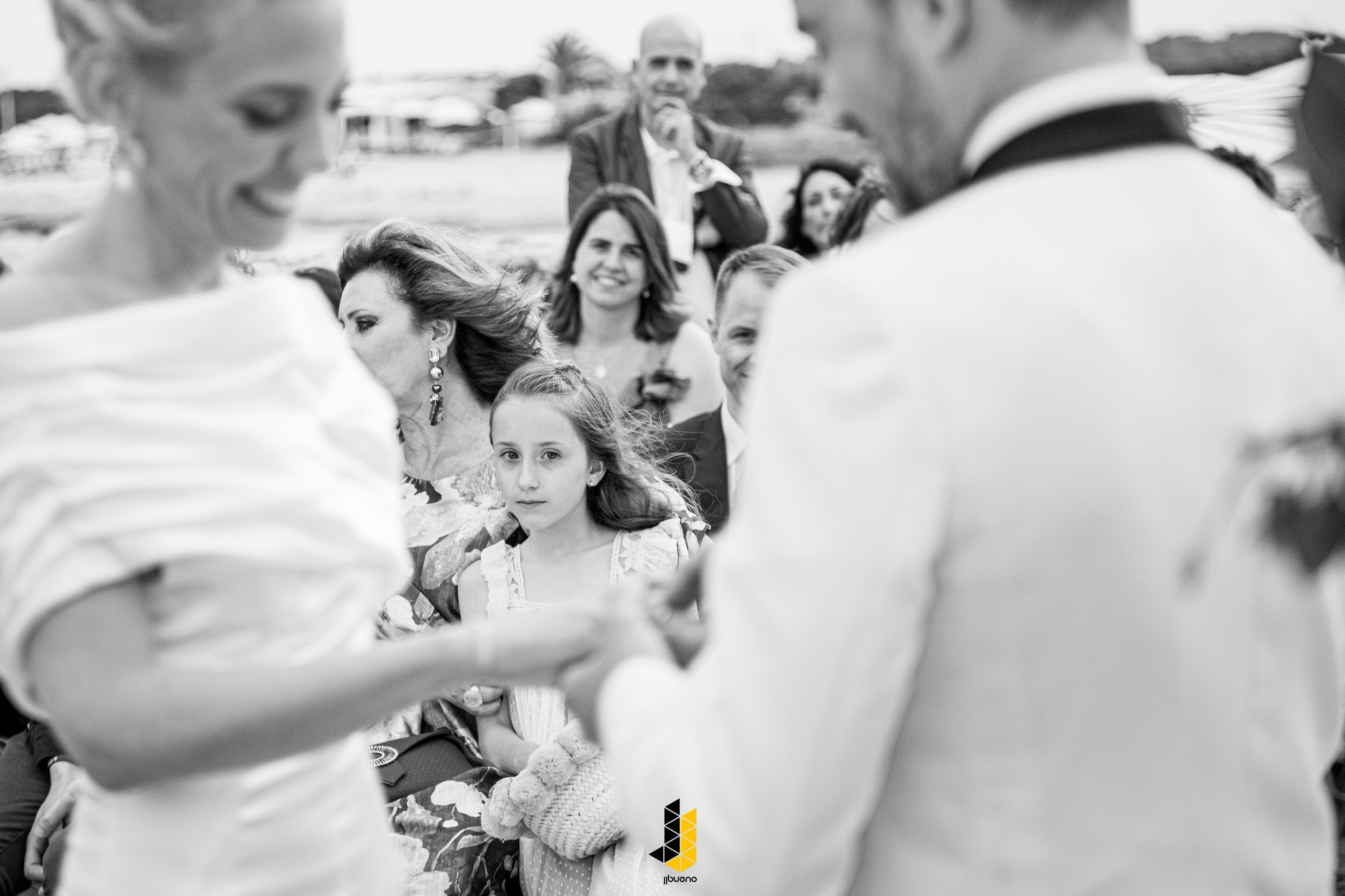 Mira de una niña en la boda